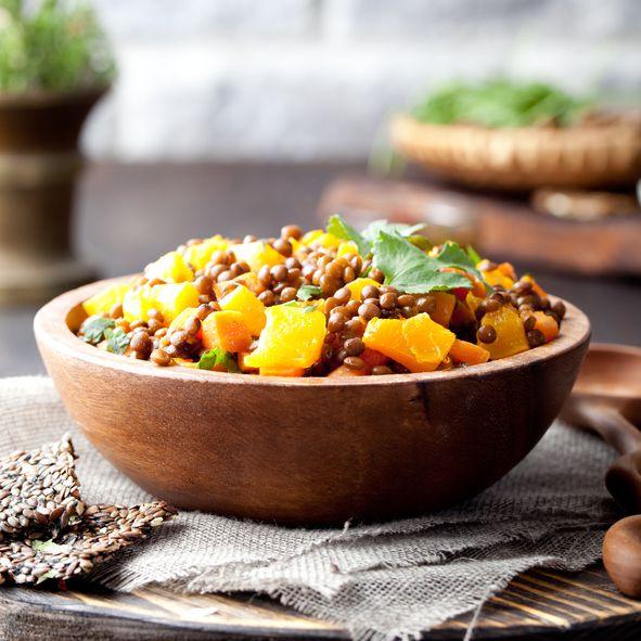 La zuppa di zucca e lenticchie per la cena autunnale